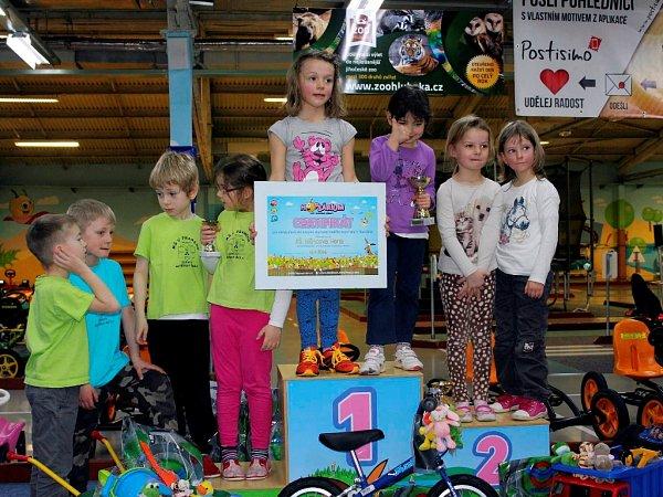 Dopravní soutěž pro děti zmateřinek včeskobudějovickém Hopsáriu.