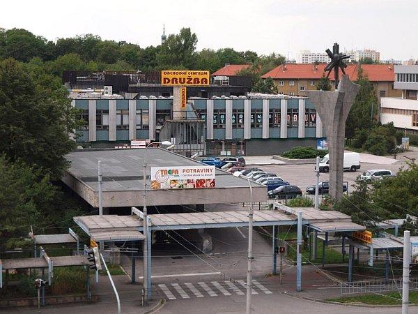 Čtyřicet let chodí Budějčáci nakupovat do obchodního domu Družba. Obchodní prostory vprvním patře objektu se nyní změní na kanceláře, kam se přestěhuje centrála Jednoty České Budějovice. Ta Družbu vlastní.