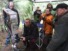 V plné práci u Temešváru: vpravo v čepici je režisér Radek Beran, na židli sedí hlavní kameraman Filip Sanders, fotoaparát drží asistentka Kristína Beranová.
