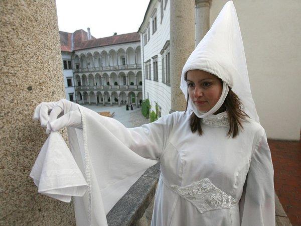 Noční prohlídky hradu a zámku vJindřichově Hradci budou letos strašidelnější než jindy. Bílá paní bude však opět házet kapesníček…