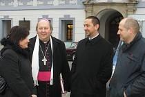 Biskup Pavel Posád s dalšími hosty slavnostního žehnání koledníkům.