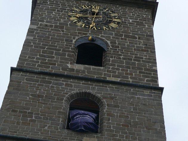 Černou věž ozdobily volejbalové míče