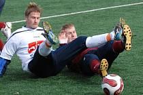 Extýnský Vladimír Dobal (vlevo) v atypickém fotbalovém souboji vleže se snaží ukopnout míč před píseckým Ondřejem Kosobudem. Béčko Dynama porazilo Písek 1:0.