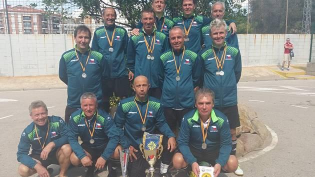 Hráči českobudějovického Vykovu, vicemistři Evropy v sálovém fotbale nad 50 let.