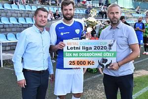 Kapitán FC MAS Táborsko Jakub Navrátil s cenou pro vítěze Letní ligy.