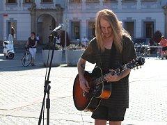 V Českých Budějovicích na Buskers festu vystupuje třeba Gus Ring, který sem přijel až ze Švédska.