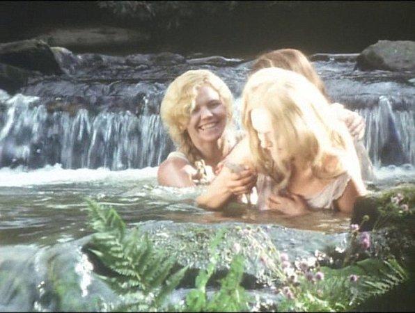 Vpotoce uDolního Bolíkova se natáčela koupací scéna, voda byla velmi studená. Vpravo Bedřiška Chalupská ze Slavonic.