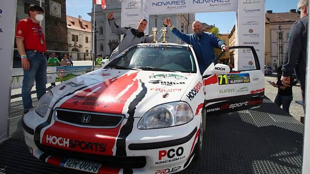 Jan Jinderle (vpravo) s Jiřím Jevickým slaví na cílové rampě druhé místo na Rallye Šumava.