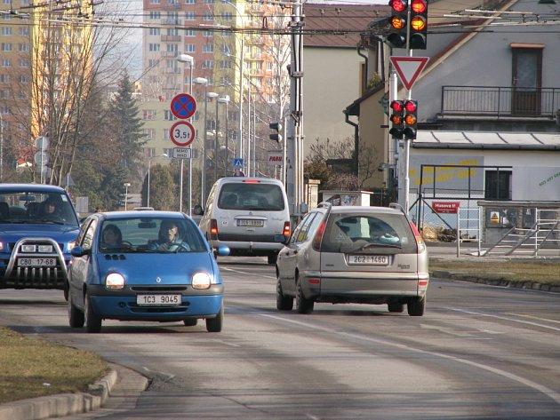 Řada řidičů se zlobí kvůli tomu, jak je vyřešený průjezd českobudějovickou křižovatkou ulicí Oskara Nedbala a Husovou třídou. Podle radnice  ale především rozměry křižovatek a vzádlenosti mezi nimi nedávají moc prostoru k jiným řešením.