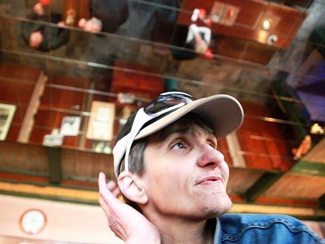 Máňa Lavičková sama úplně neví, jestli je jí lépe ve vězení, nebo na svobodě. Svým teatrálním způsobem dokáže posilněná alkoholem tvrdit obojí. Jisté je jediné. Pracovat nechce nikde.