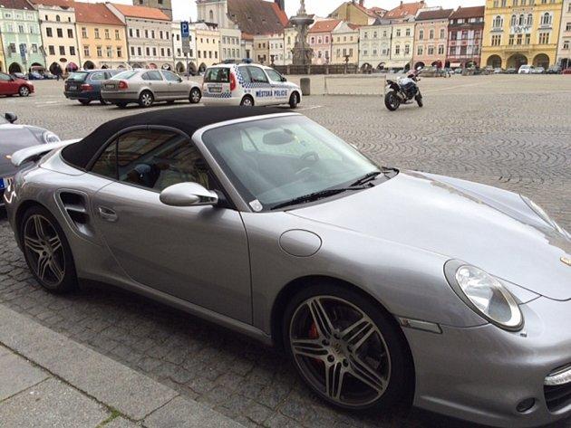 Jedno Porsche za druhým. Na budějovickém náměstí se ve čtvrtek dopoledne zastavili příznivci této značky