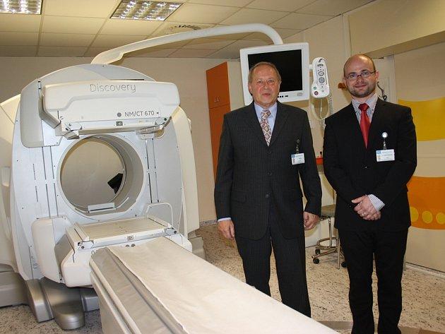 Špičková vyšetření umožňuje nový přístroj v českobudějovické nemocnici. Primář oddělení nukleární medicíny Václav Maxa (vlevo), jeho zástupce Vojtěch Kratochvíl i další lékaři mohou díky SPECT/CT kameře přesně lokalizovat problematickou tkáň.