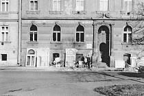 Hostinec U bílého anděla ve Skuherského ulici v roce 1984.