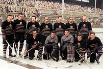 Úspěšný českobudějovický hokejový tým na dobovém snímku ze sezony 1952 – 1953, ve které získal ligový bronz.