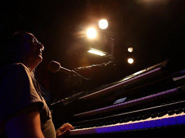Písecký rodák Roman Dragoun natočil sólové album Samota, v deseti písních se na něm představuje jako šansoniér. Na snímku z lednového koncertu v klubu Highway 61.