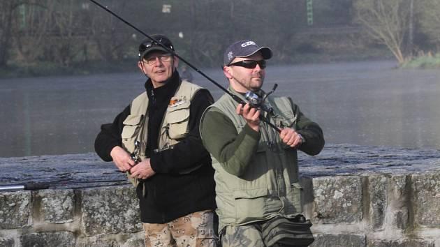 Jedna z největších sportovních arén v zemi – řeka Vltava – v sobotu otevřela pstruhovou sezonu, aby se znovu rozeběhly tisíce úžasných soubojů plné lovecké vášně.