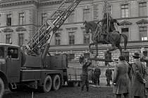 KDYSI: Instalace sochy Jana Žižky v roce 1959.