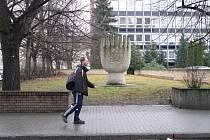 V místech, kde stála do druhé světové války židovská synagoga, se dnes nachází památník v podobě sedmiramenného svícnu a parkoviště.