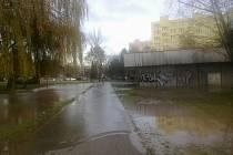Potrubí prasklo na Pražském předměstí.