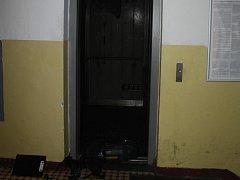 Maminka se synkem se z hořícího výtahu dostali před příjezdem hasičů.