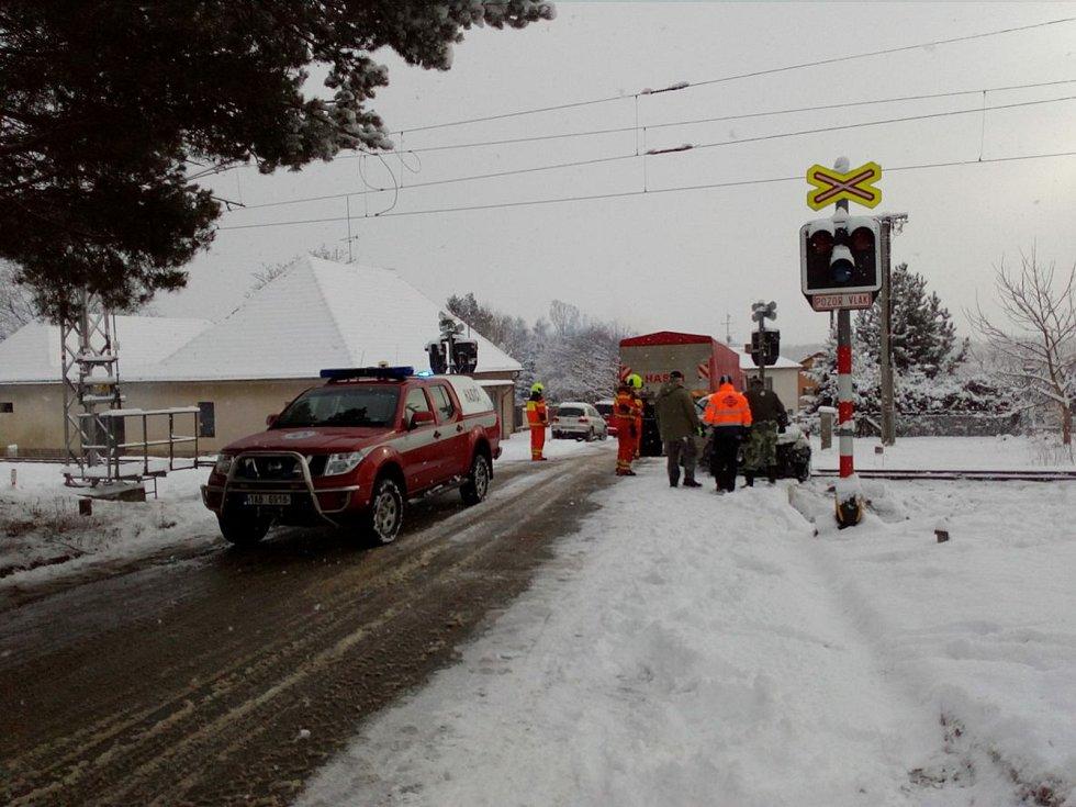 Střet osobního auta s vlakem na přejezdu v Kamenném Újezdu v 2018.