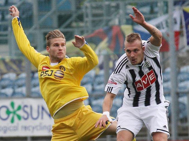 Jakub Hora (v zápase s Jihlavou bojuje s Tlustým) odváděl v Dynamu dobrou práci.