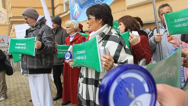 Zvonící budíky a transparenty se včera objevily v rukou zaměstnanců jihočeských nemocnic, kteří se včera před Krajským úřadem v Českých Budějovicích zúčastnili happeningu s názvem Zůstáváme, splňte sliby. Trvají na slíbeném zvýšení platů.