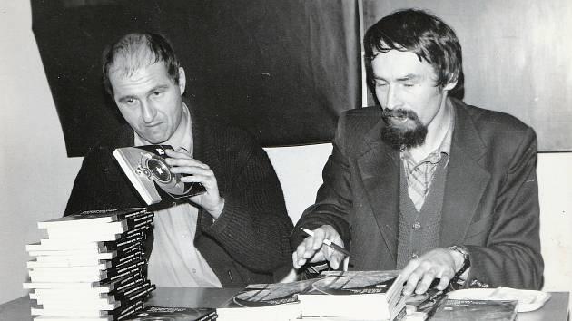 Jan Bauer, spisovatel žijící v Českých Budějovicích, poskytl fotky ze svého dětství, mládí a minulosti.