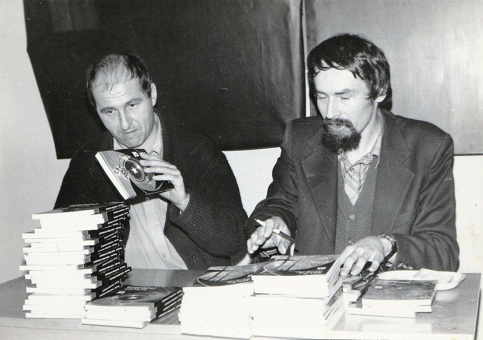 V roce 1980 podepisujeme s kolegou Ondřejem Neffem svoje první knížky.