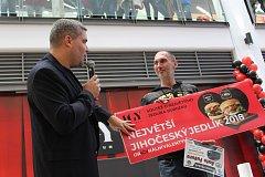 Radek Skala se v sobotu v budějovickém obchodním centru IGY projedl k titulu Jihočeský jedlík. Za 30 minut snědl 6,5 hamburgru a kdyby bylo víc času, zvládl by prý ještě dva. Vyhrál zapůjčení jeepu s plnou nádrží na celý víkend.
