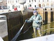 Vodohospodáři začali připravovat Samsonovu kašnu na letní sezónu.