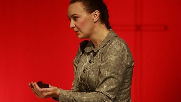 Lenka Krčková v představení Advent.