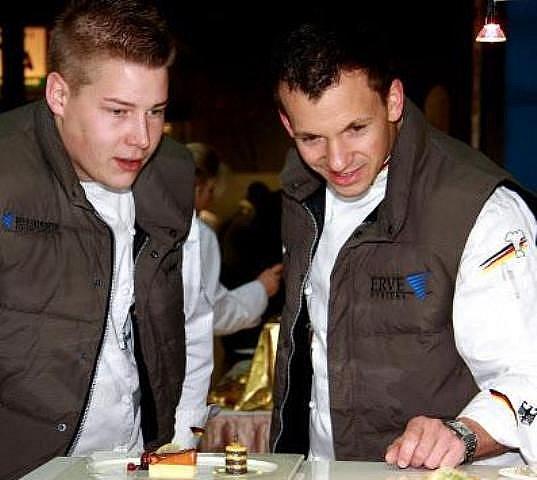 Šikovatel Obermüller (vpravo) s kamarádem.