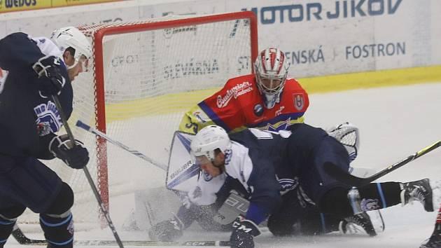 Petr Kváča zachraňuje před plzeňskými útočníky.