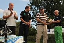 Jednatel českobudějovického Golf klubu Miroslav Leština (uprostřed) vítá v areálu tréninkového centra handicapované golfisty Michala Hošnu (po jeho pravé ruce)) a Miroslava Lidinského, kterému zároveň předává plaketu.