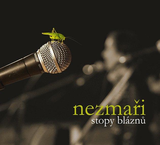 Nové album skupiny Nezmaři má název Stopy bláznů a obsahuje 13písní.