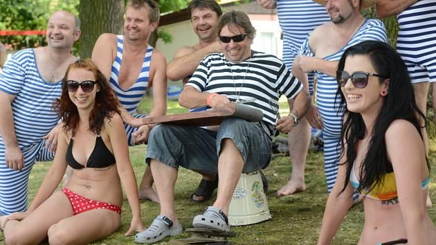 Tropické teploty provázely druhý ročník Setkání přátel plavek ,, alá Rozmarné léto'' na pláži Ostende u rybníka Svět v Třeboni. Dobová přehlídka je součátí hudebního festivalu Okolo Třeboně.