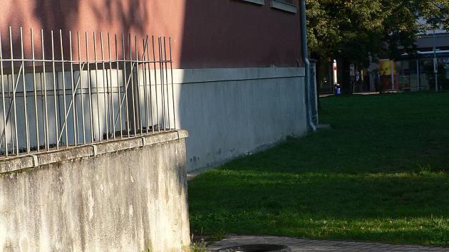 """U chodníku, na trávníku nebo u kostela byla v minulých týdnech k vidění """"zapomenutá"""" pneumatika."""