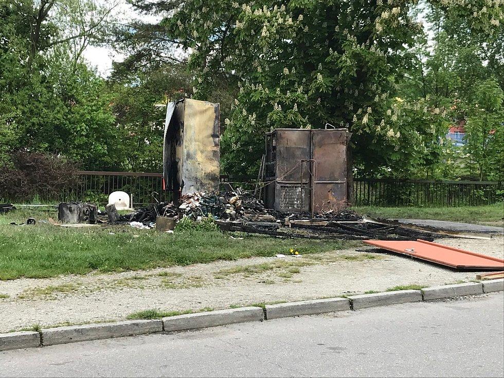Co bylo příčinou požáru dřevěného stánku, vyšetřují experti.