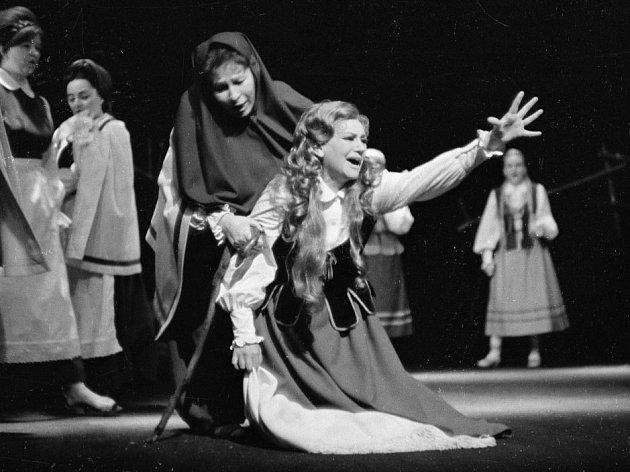 Sopranistka Stanislava Součková, které by 27. listopadu 2013 bylo devadesát let. Na snímku jako Halka  ve stejnojmenné polské opeře, s Mílou Peřinovou, 1973.