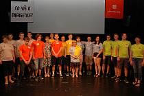 Studenti Střední odborné školy elektrotechnické z Hluboké nad Vltavou zvítězili v celorepublikové vědomostní soutěži pro mládež Co víš o energetice?, která se ve středu 19. června konala v divadle Semafor v Praze.