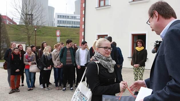 Aneta Boušková, studentka Gymnázia Pierra de Coubertina v Táboře, se stala v pondělí půlmilióntým návštěvníkem informačního centra Jaderné elektrárny Temelín.