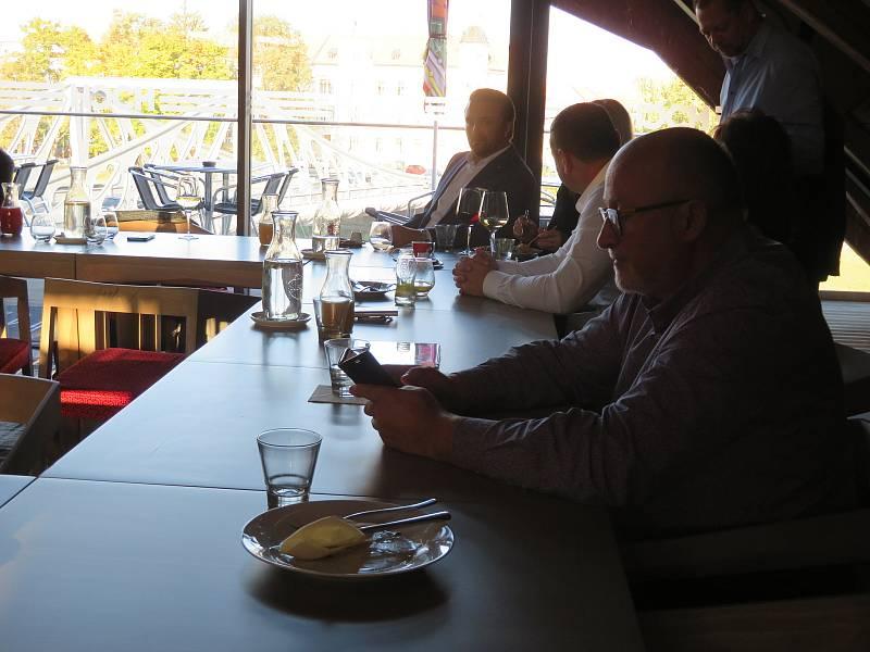Volební Štáb Ano v Českých Budějovicích tradičně uspořádal setkání v restauraci Hoch Špalíček na Vltavském nábřeží.