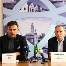 Z tiskové konference Jiřího Zimoly k výstavbě rekreačních domů Lipno - Slupečná. Na snímku zleva  Jiří Zimola a Jaromír Slíva
