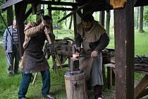 V sobotu 20. června proběhla v areálu Památníku Jana Žižky z Trocnova akce pro veřejnost nazvaná Kovodělná řemesla v čase míru i války aneb středověké kovářství a zpracování barevných kovů.