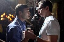 Snímek z natáčení filmu Muži v naději. Vlevo herec Jiří Macháček, vpravo režisér Jiří Vejdělek.