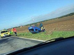 Auto na střeše, ale řidič bez zranění.