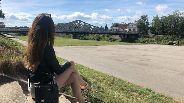"""Bloggerka Budějčanda si užívá výhled na Dlouhý most a náplavku od Kavárny Lanna. """"Jsem typická holka. Ráda nakupuji, zajdu na kosmetiku. Mám předplacený Vogue,"""" prozradila."""