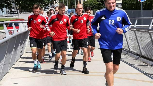 První výběh fotbalistů Dynama v letní přípravě vedl trenér brankářů Pavol Švantner.