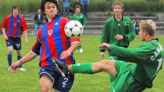 Jakub Kovář (vlevo) si počínal na fotbalovém trávníku velice dobře a v Lišově dal dokonce vítězný gól svého týmu.